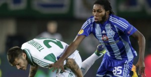 Rapid Wien's Christopher Trimmel vies with Dynamo Kyiv's Dieumerci Mbokani (R) during a Group G UEFA Europa League football match between Rapid Wien and Dynamo Kyiv on October 3, 2013 at the Gerhard Hanappi stadium in Vienna.  AFP PHOTO / DIETER NAGL